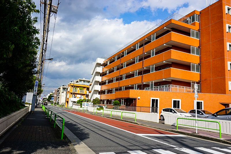 オレンジ色の大型マンション