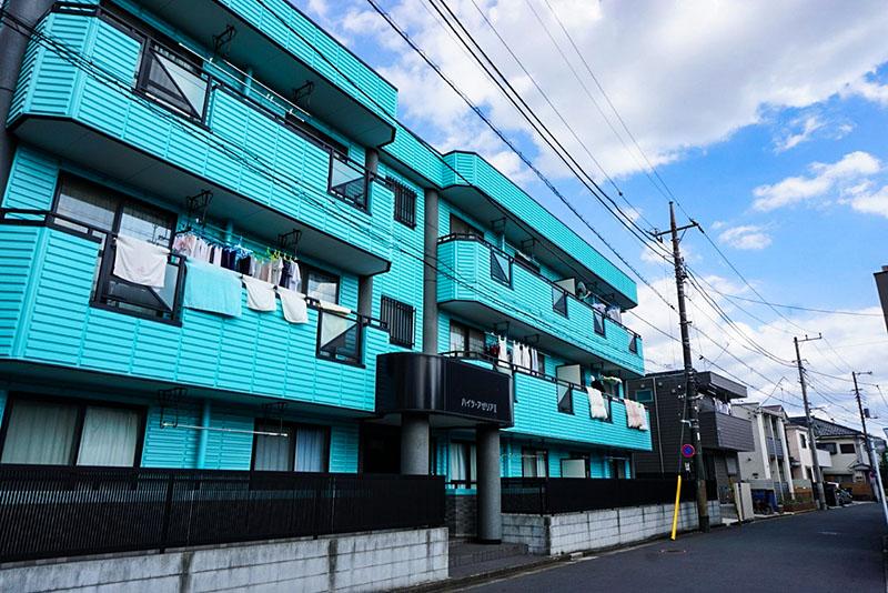 ライトブルーのハデなアパート
