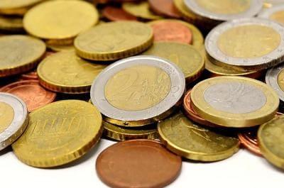 積み重なっている金のコイン