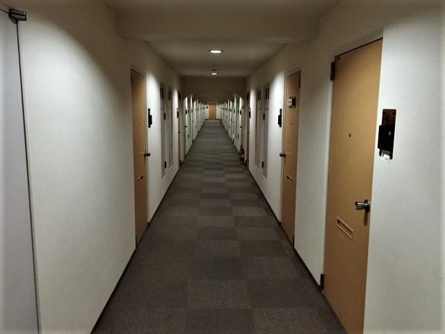 薄暗いマンションの内廊下