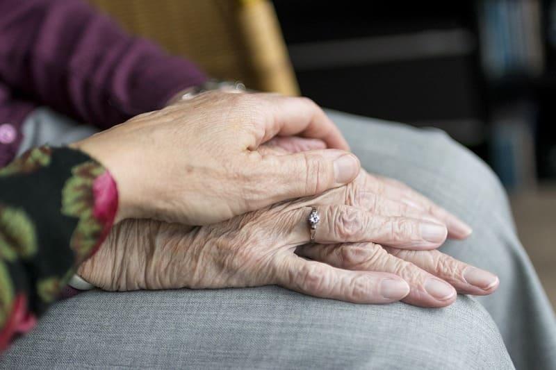 老夫婦の手