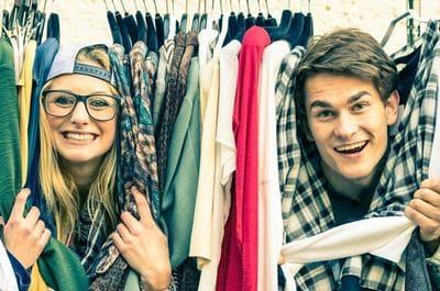 クローゼットの中で笑うカップル
