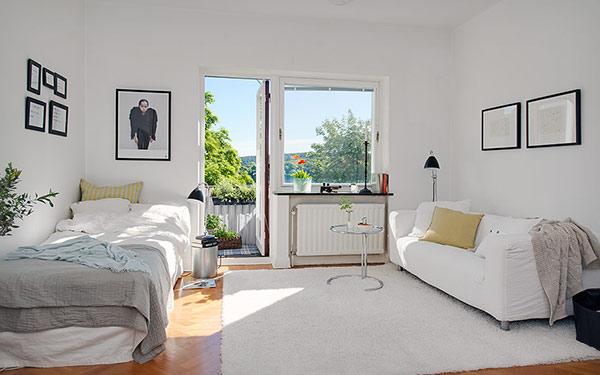 ベッドとソファのみのシンプルなレイアウト