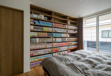 壁一面を本棚にしたレイアウト