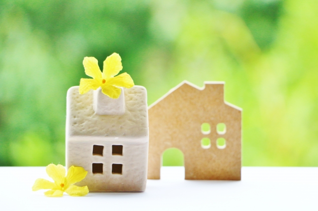 家の置物と黄色い花