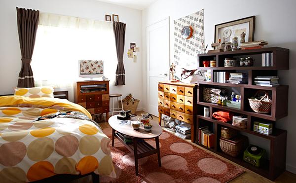 壁に小物棚が並べられているお部屋