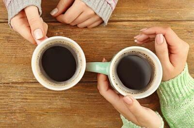 コーヒーが入った2つのマグカップ