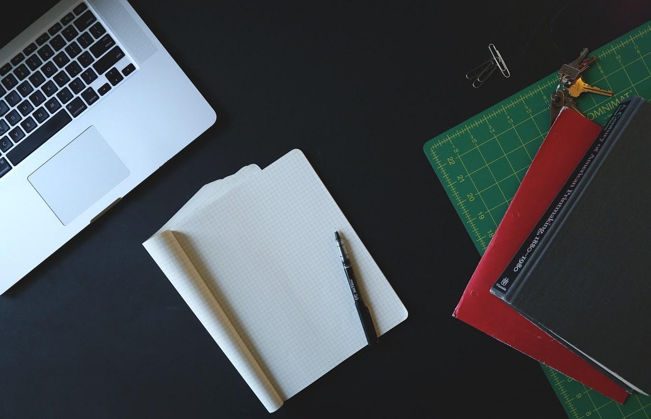 ノートパソコンと文房具
