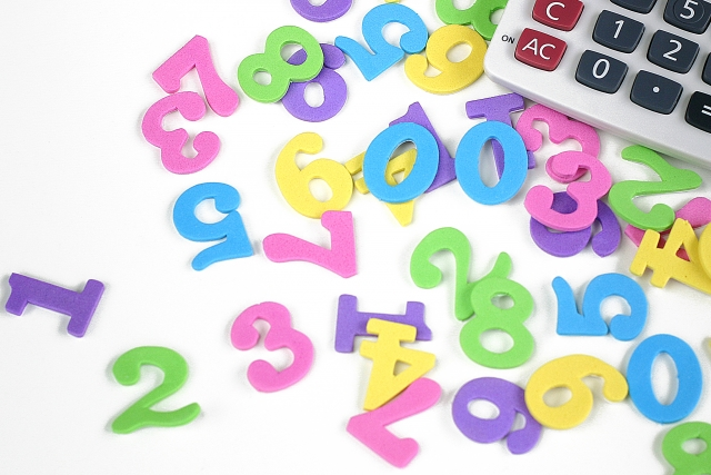 電卓とカラフルな数字