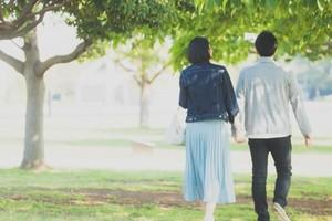 木陰を散歩するカップル