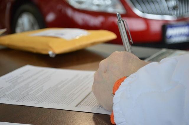 書類に記入する手