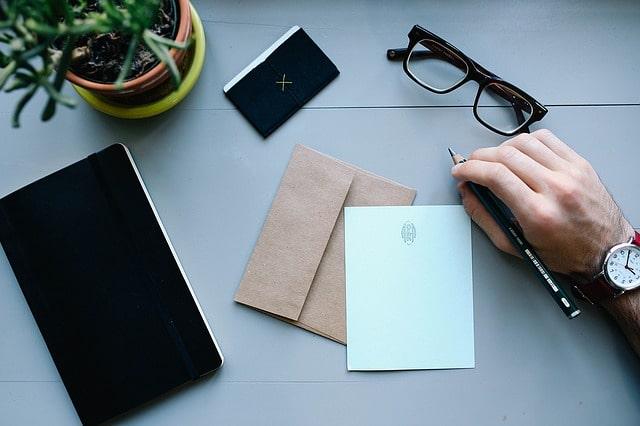 デスクの上の手紙とメモ帳