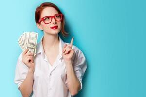 お金を持って人差し指を立てている女性