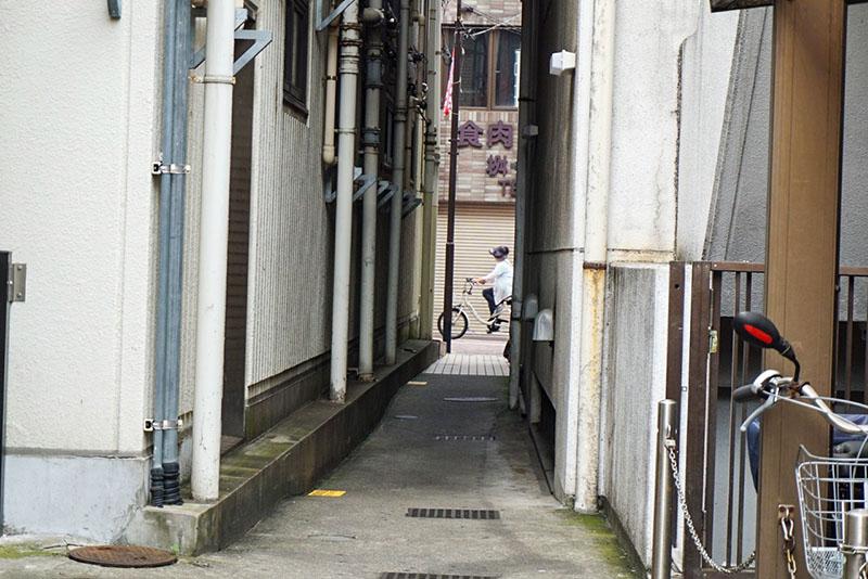 人通りがある細い路地2