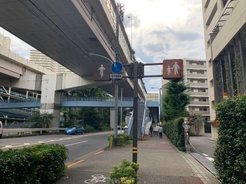 自転車と歩行者の道を示す看板