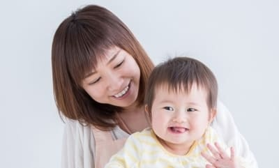 笑う子どもと母親