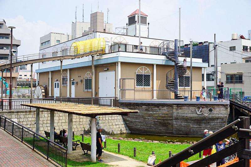 区立大横川親水公園の船の遊具