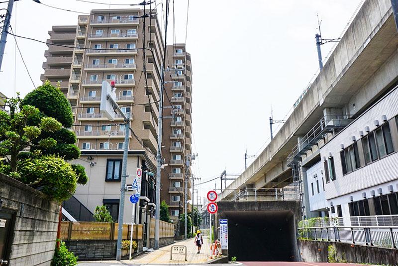 高架下の道路