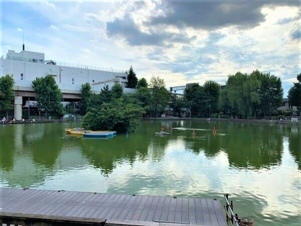 ボートが浮いている池
