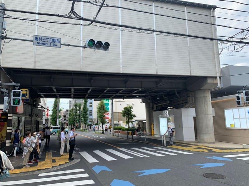 駅東側の交差点