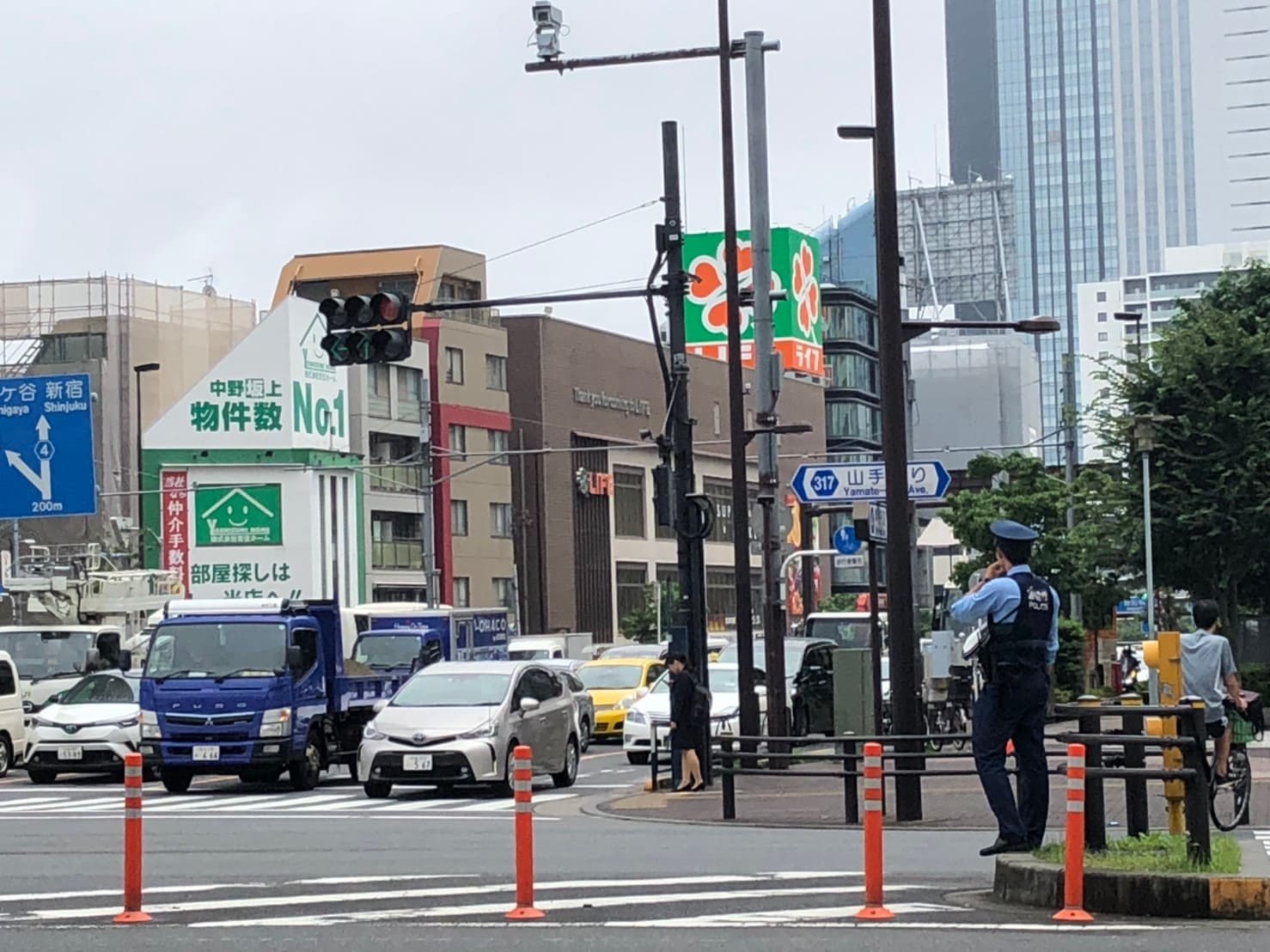 中野坂上駅の交差点に立つ警官