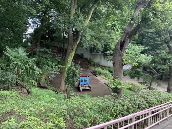 坂の隣に合った公園