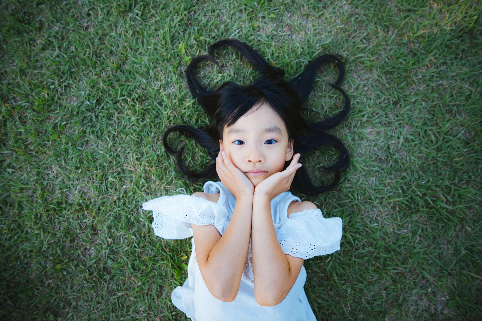 芝生に寝っ転がる女の子
