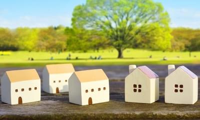 家の積み木が並んでいる草原