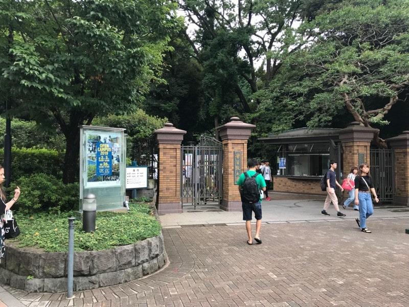 学習院大学の門