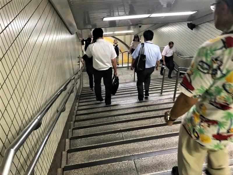 飯田橋駅構内JR線へ向かう階段上り