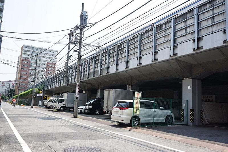 線路沿い下の駐車場
