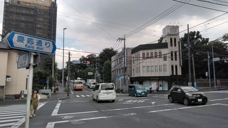 ユリノ木通りと慶応通りの交差点