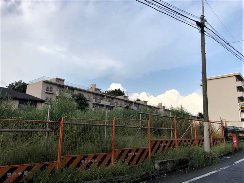 東京都練馬区貫井2丁目の空き地と団地