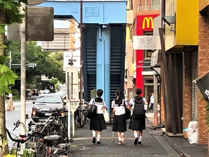 中村橋駅に向かう女子学生