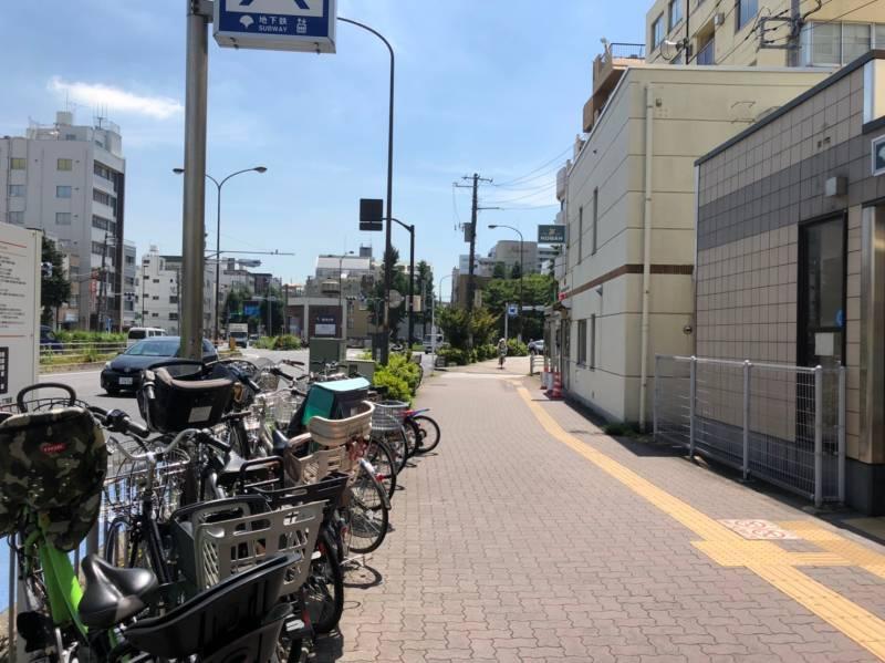 千石駅前の歩道