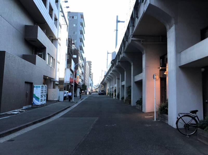 末広町駅近くの高架下の路地