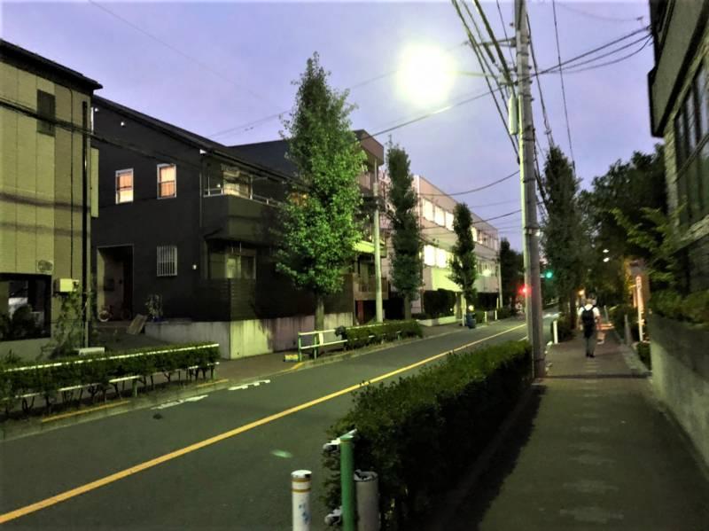 夜の住宅街の景色