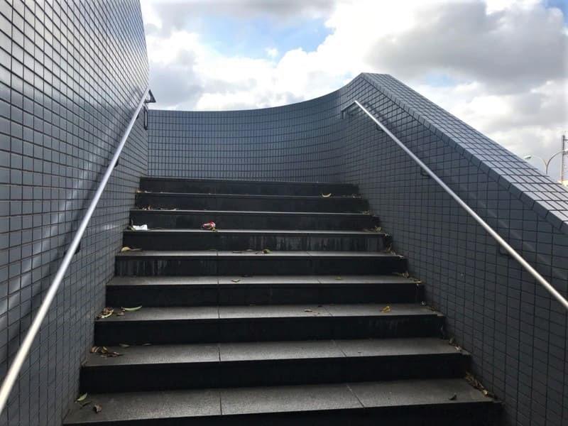 階段を2段上がった景色