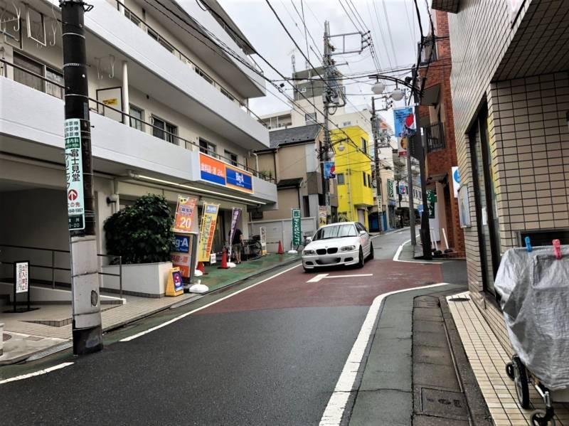 「ビッグ・エー 練馬貫井店」前の道路
