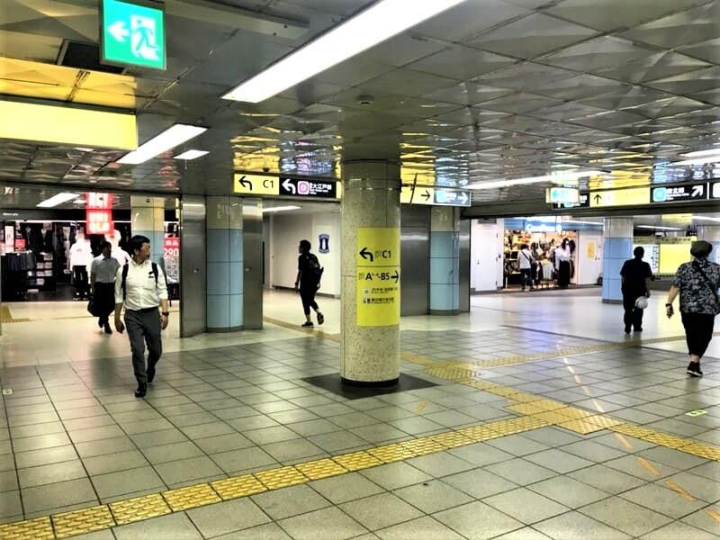 飯田橋駅コンコース移動2