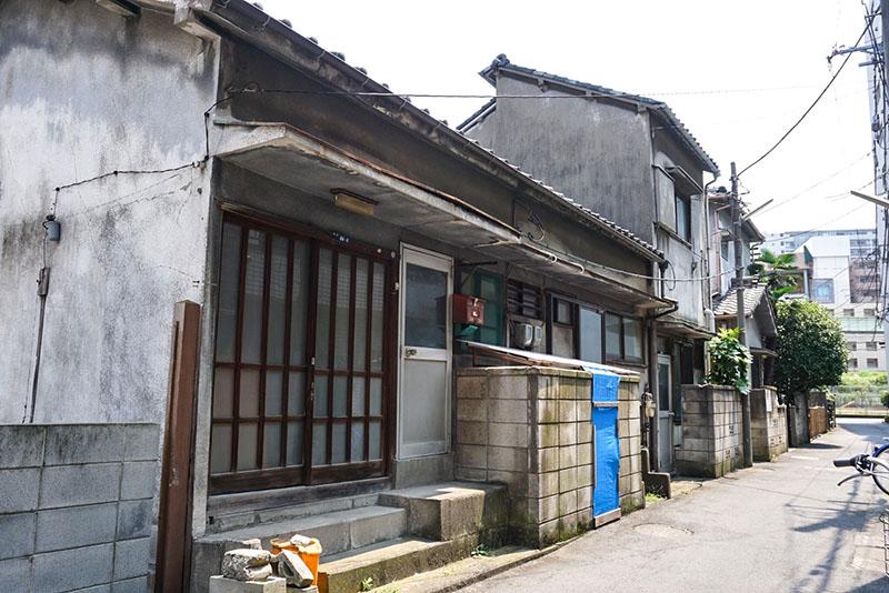 商店街脇の小道にある住宅