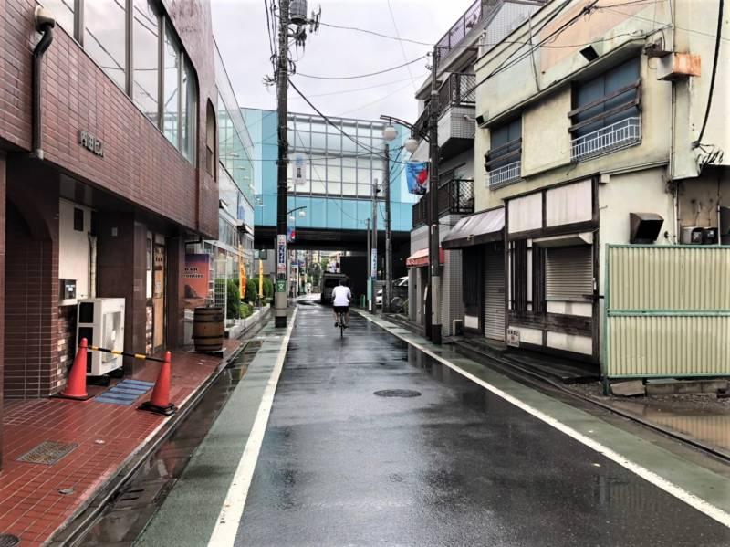 富士見台駅の高架下へ続く道