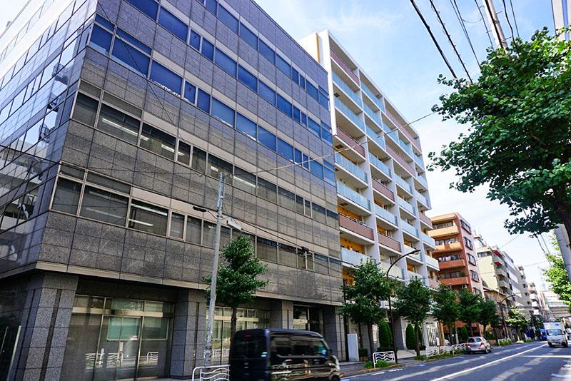 琴平通りのオフィスビルとマンション