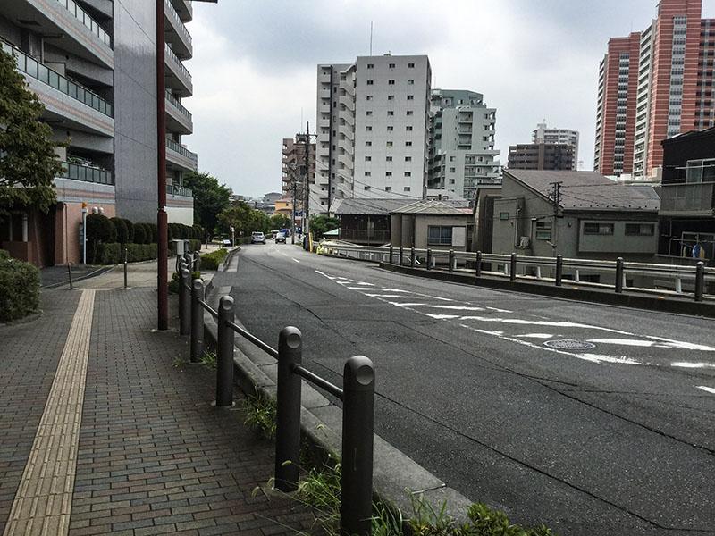 与野駅西口線路沿いのゆるやかな坂
