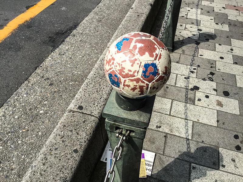 北浦和駅東口のアーケードのサッカーボール