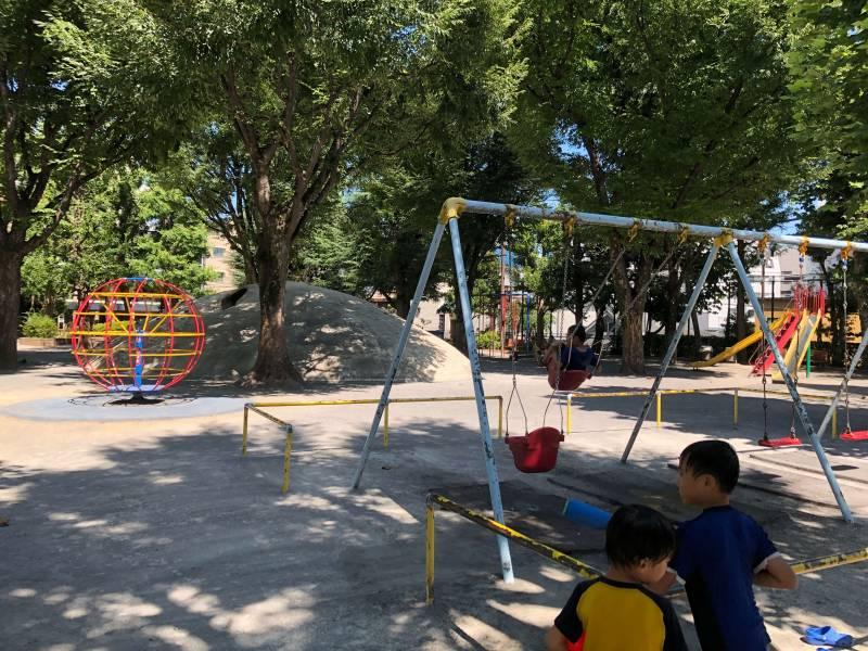 白銀公園で遊ぶ子どもたち