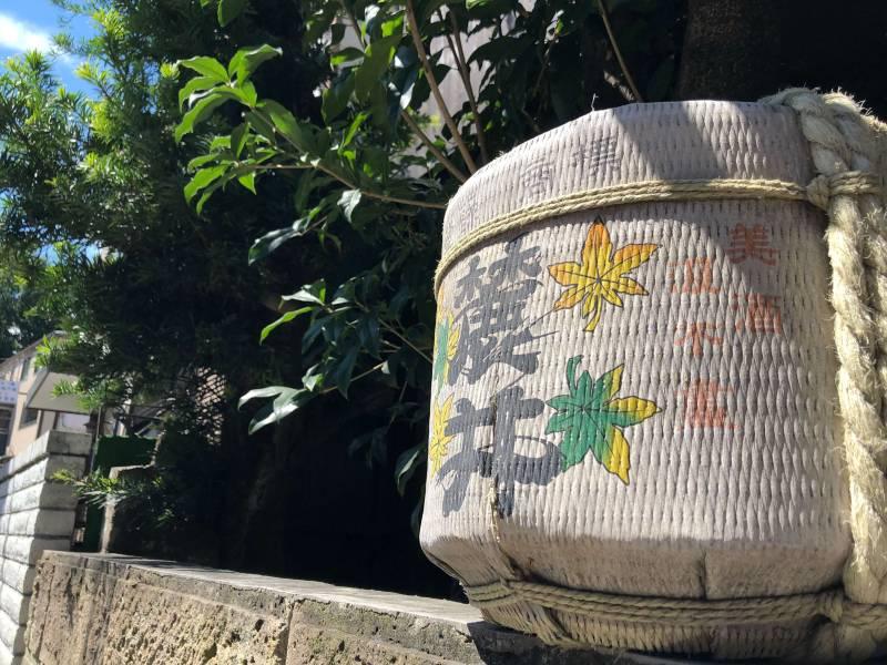 神楽坂の道端にある祝い樽
