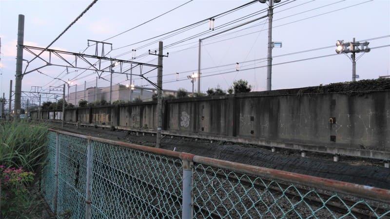 線路沿いの落書き