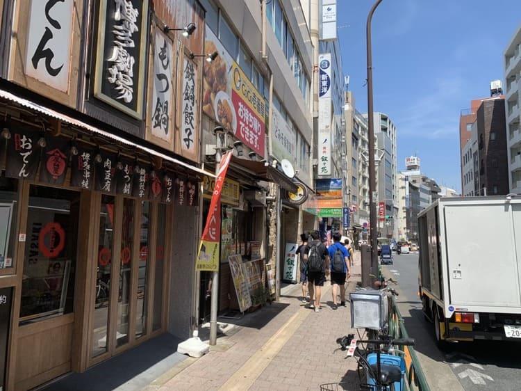 大通り沿いの飲食店の外観