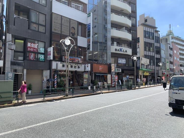 大通り沿いの雑居ビル